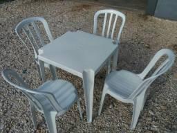 Conjunto de mesas e cadeiras de plástico bistrô novas