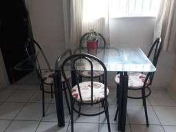 Mesa de ferro com quatro cadeiras