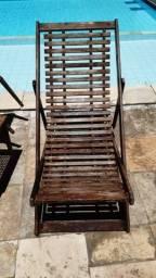 Cadeira tipo espreguiçadeira em madeira.