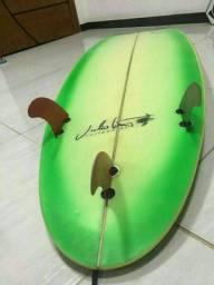 Título do anúncio: Prancha de surf 5.11 Júlio Freitas linda e muito nova.