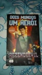 Livro Dois mundos um herói (rezendeevil)