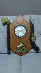 Relógio de parede brasão em madeira