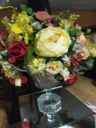 Vaso de vidro com flores artificial