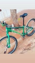 Bike de manobra e trilhas, aro 26 marca da VIKINGX.