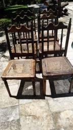Cadeiras usadas de madeira e palhinha.