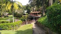 Linda casa em condomínio com piscina natural à venda em Teresópolis.