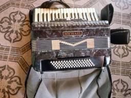 Vendo acordeon semi- nova de 80 baixos Michae 7 registro nos teclado e 2. Nos. Baixos