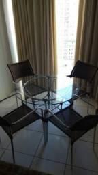 Mesa de vidro redonda com quatro cadeiras