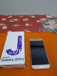 Celular Samsung j5 Pro 32gb dourado. Está com defeito quebrada