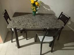 mesa bem conservada de 4 cadeiras