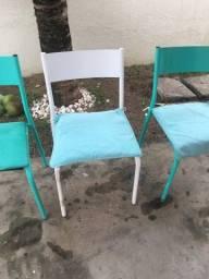 Três cadeiras de ferro