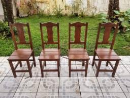 Cadeira de madeira maciça antiga