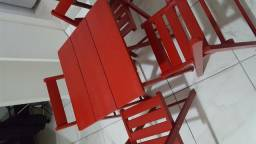Conjunto de mesas e 4 cadeiras vermelhas dobráveis estilo de bar