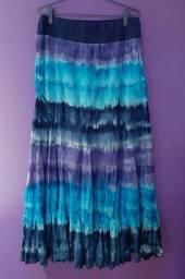 Saia longa em tons de azul, com forro e elástico na cintura