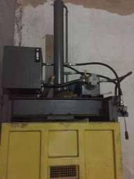 Máquina de prensar papelão