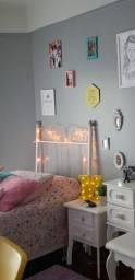 Cama box, com cabeceira de ferro romântica e cama auxiliar