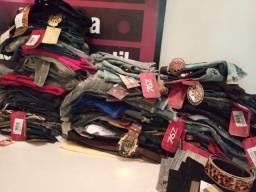 Estoque de loja de roupas novas e itens de loja