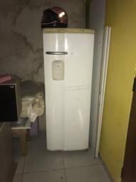 Vende uma geladeira, um colchão de solteiro e um casal