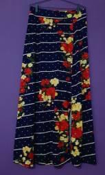 Saia longa azul com flores, em malha e elástico na cintura