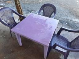 Mesa de plástico com 03 cadeiras