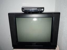 Vendo televisão e um Dvd