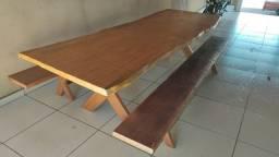 Vendo mesa em madeira maciça