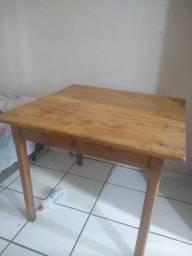 Mesa de madeira 1,10 x1,10 com gaveta