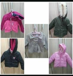Título do anúncio: Lotinho jaquetas (duas importadas) e casacos 2 anos
