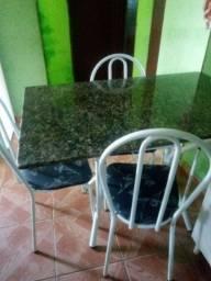 Mesa de mármore com as 4 cadeiras
