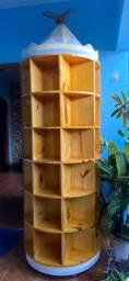 Estante giratória de madeira para livros