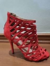 Sandália trançada vermelha com detalhes em camurça