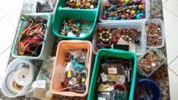 Lote de miçangas e metais para bijuterias