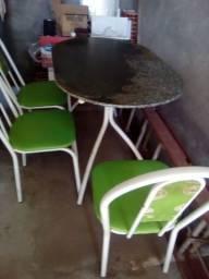 Mesa de mármore e três cadeiras