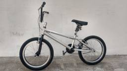 Uma bicicleta de alumínio