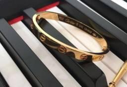 Bracelete modelo Cartier love banhado a ouro