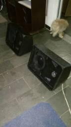 Um par de caixas de som