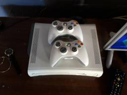 Xbox 360 branco zerado desbloqueado com 2 controles sem fio e uns 30 jogos