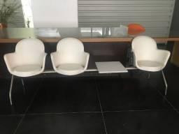 Longarina branca marca doimo com 3 cadeiras com porta copos