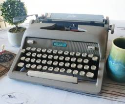 Com fita de tinta nova já instalada Maquina de escrever antiga - antiguidade
