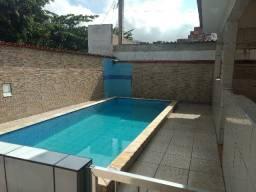 Casa com três quartos com garagem coberta e piscina
