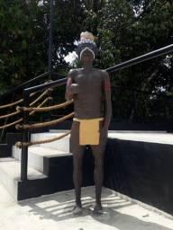 Escultura de concreto medindo 1,60 cm de altura