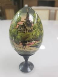 Ovo decorativo pintado à mão em madeira