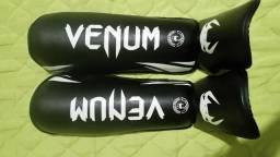 Caneleira Venum Challenger 2.0 - Preto