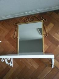 Espelho artesanal detalhes em dourado novo, com prateleira