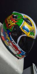 2 capacetes semi novos
