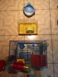 Duas gaiolas e bola de transporte de hamster.