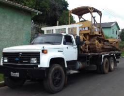 Trator esteira e caminhão