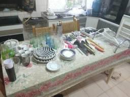 Pratos, copos, talheres, utensílios de cozinha, jarra, escorredor, peneira, xícara