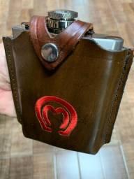 Cantil inox na capa de couro.
