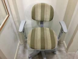 Cadeira de Escritório Giratória com Regulagem dos Braços e Altura